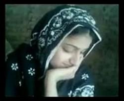 الشيخ محسن زانق بنت اخته على الحصيرة ومورم كسها نياكة وتظبيط