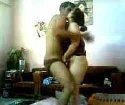 بت بميت راجل مع عشيقها فى شقة مفروشة تمص زبره وتلعب فى طيزه